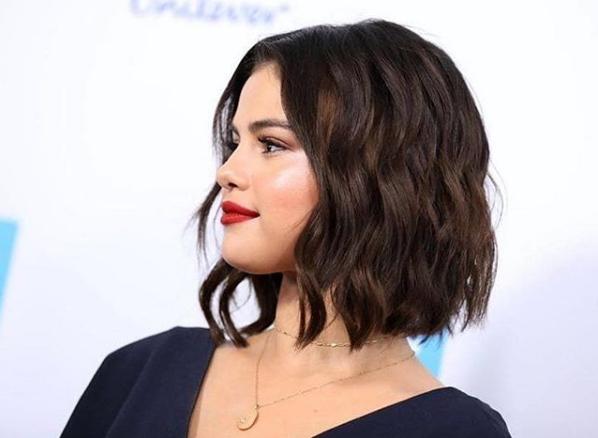 เมื่อทรงผมใหม่ล่าสุดของ Selena Gomez ต้องใช้แบตตาเลี่ยนไถ!